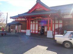 駅舎.弥彦神社を模しているようです.