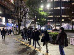 武蔵小杉駅に到着! スタジアム行きのバスは長蛇の列でした... もちろん自分は徒歩で向かいます。