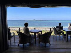 備瀬ビーチの「cafe CAHAYA BULAN」でカフェタイム。海を眺める素敵なカフェです。風がめっちゃ気持ちいいですね。