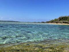 約1kmのフクギ並木の終点は「備瀬崎」。シュノーケリングスポットにもなっている、透明な青い海がそこにありました。