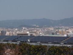 駅直結の百貨店の屋上に神社があるので、行って見ました。 福岡空港が見えます。 タイミング良く、着陸する飛行機が見えました。