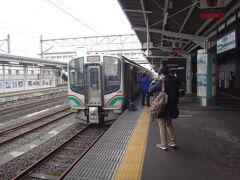 会津若松到着~ 磐越西線の優等列車は昔もいまも改札前の1番線。 熱心に取材されるとのっちさま。