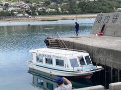 今日乗るグラスボートはこれ。 港の岸壁には地元?の釣り人がたくさんいました。