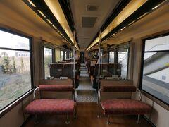 大きな窓・ゆったりしたリクライニングシートが並ぶ車内は、鉄道の楽しむのには最高の空間。