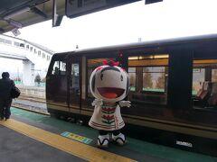★11:00 宮城県有数の温泉地、鳴子温泉駅で暫しの休憩タイム。 地元のゆるキャラがお出迎えしていました。