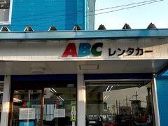 翌朝、ゆいレールで『赤嶺駅』の隣駅『小禄駅』まで行き『小禄駅』から徒歩5分程の場所にある『ABCレンタカー那覇空港営業所 』さんで軽自動車をお借りしました。