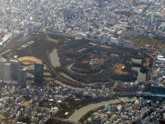 大阪城も上空から。
