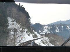 カーブの続く山道を、ゆっくり登って行きます。