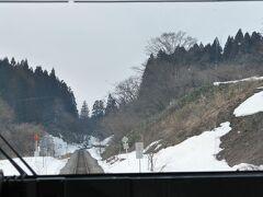 そんな鳴子峡を過ぎると、堺田駅を通って山形県へ。ここは駅のすぐ近くに「分水嶺」があることで知られている駅であり、太平洋側と日本海側に水の流れが別れる様子を見ることができます。