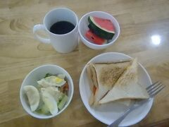 11月24日。 宿の朝食。トーストとサラダとコーヒー。