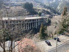 桟橋を崖に作ってあるのは駐車場ですね