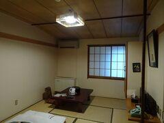 信濃大町駅近くの宿にチェックイン。部屋名が「五竜」でした。素泊まり1泊5000円(バス・トイレ共同)。この宿には6年前にも泊まったことがあります。