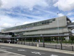 大阪・伊丹空港(大阪国際空港)1F  斜め前には大阪モノレール「大阪空港」駅が見えます。  大阪国際空港(伊丹空港)ターミナルビルの2階と直結しています。