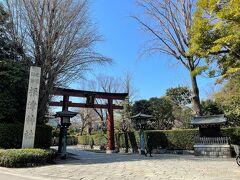 """東京・根津『根津神社』  『根津神社』の鳥居(表参道)の写真。  ここからすでに何かよい""""気""""を感じます。パワースポットです☆  根津神社は1900年近く前に日本武尊が千駄木の地に創祀した後、 江戸時代5代将軍の徳川綱吉が現在の場所(根津)へ移したと 伝えられる古社で、東京10社の一社に数えられています。 境内はツツジの名所として知られ、森鴎外や夏目漱石といった 日本を代表する文豪が近辺に住居を構えていたこともあり、 これらの文豪に因んだ旧跡も残されています。   現在の社殿は1706年に、5代将軍 徳川綱吉の兄綱重の子の 綱豊を養子にし、綱豊(6代将軍 徳川家宣)が献納した屋敷地に 造営されたものであり、権現造(本殿、幣殿、拝殿を構造的に 一体に造る)の傑作とされています。 なお、境内にある8点(本殿、幣殿、拝殿、銅燈籠、唐門、西門、 透塀、楼門)が国の重要文化財に指定されています φ(。_。*)カキカキ"""