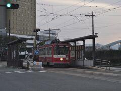 熊本駅から旧高千穂駅まで約70キロメートル、レンタカーで向かいます。  途中、祇園橋電停で見かけた熊本市電です。