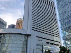 大阪・梅田『Hilton Osaka』  1986年9月10日に開業した『ヒルトン大阪』(地上34階)の 外観の写真。  2014年1月から客室の改装がスタートし、順次改装が進められていた 大規模リニューアル(客室、エクゼクティブラウンジ、ロビー、 レストランゾーン)は2018年8月に完了しました。  低層階の建物(写真左)は、『ヒルトン大阪』に併設された 商業施設『ヒルトンプラザ・イースト』で、四つ橋筋を挟んだ 20階建ての建物(写真右)は、商業施設『ヒルトンプラザ・ウエスト』 です。  『ヒルトン大阪』の後ろにチラっと形状が円筒形の 『大阪マルビル』が見えています。