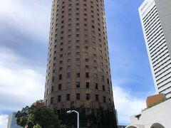 大阪・梅田『大阪マルビル』  1976年3月に開業した『大阪マルビル』(地上30階、高さ123.92m) の外観の写真。  建物の形状が円筒形であることが名称の由来ですが、 大阪駅前に位置し、完成当時は周辺で唯一の高層ビルだったことで 知られています。