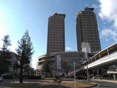 ●JR堺市駅界隈  すっかりくつろいで、駅に戻ってきました。 駅前のシンボル的なツインのビル。 そして、イズミヤさんです。