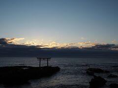 神磯鳥居の前で日の出を待ちます。