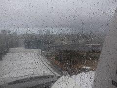翌朝、7時半起床。  雨。 昨日、洗車したから(笑)  廊下の窓はフィルムを貼ってあるのでぼやけて見える。 画像中央やや左がザ・カハラホテル&リゾート横浜。