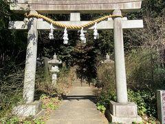 美術館の敷地を出て、少し下っていくとお隣に神社があります。 鳥居がある場所は、静嘉堂緑地を下りきった場所です。