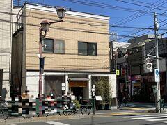 東京・根津【よし房 凛(よしぼう りん)】の写真。  不忍通り沿いの根津神社入り口交差点に行列ができています。 みなさん、お蕎麦屋さんに並んでいるんですねー。 その奥に【蕎麦 茶のみ処 カワイ】もあります。 私もお腹がすいています(*ノωノ)