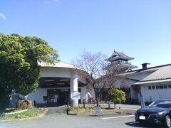「七城温泉ドーム」は熊本県菊池市にある日帰り温泉施設です。館内にはレストランや宴会場、休憩所、直売所に宿泊もでき、別棟で宿泊のできるバンガローやバーベキューもできます。また、温泉は熊本北部でもトップクラスのお客さんが訪れ人気があります。  七城町は、平成の大合併以前は「菊池郡七城町」という独立した自治体でした。後述の物産館「七城メロンドーム」と併せて、地域の振興と健康増進のためにできた施設かと思います。 こういった施設は、20~30年前に全国的にも多く造られたと思います。今は市町村合併で他の自治体と一緒になった地域もありますが、かつてはいろんなコンセプトで作られたもので、その自治体の考え方などが表れていて興味深いです。  私が旅行記で取り上げたものでも、福岡県八女市の「べんがら村」、またお隣山鹿市旧鹿本町の「水辺プラザかもと」もとも共通している点はありますが、これらは温泉・物産・レストランを一か所に集約することによって人を集めています。 それに対して旧七城町の二つの施設は温泉と道の駅に分離し、温泉は川辺に設置して遊びや宿泊と組み合わせ、道の駅は交通量の多い国道沿いに設置して集客しています。施設として互いに切り離すことで、十分なスペースやレイアウト上の自由さを作り出しているようです。  建物の特徴は、写真でもわかるかと思いますが、何故か天守閣風の建物があること。七城町は、古代からの名族菊池氏の城が七か所あり、そこから名付けらえた…とのことですが、時代背景からして天守閣は絶対に無かったと思います。かなり無理があると思いますが、メロンドームにしても、人目を引く奇抜ともいえる建物デザインが特徴です。別の旅行記で取り上げた玉名市旧天水町の「草枕温泉てんすい」の文化的な造りとはまったく別方向ですが、このわかりやすさもアピールにつながったと思います。