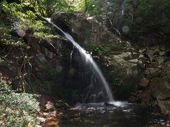 上の滝の岩には不動明王が彫られています。ちょっと見づらいですが。落差は12m。