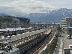 敦賀駅。 連絡橋の上から眺めるといい感じです。
