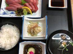初日の晩ご飯は古仁屋港界隈のレストラン丸屋にて、キハダマグロとクロマグロの食べ比べ定食。マグロが抜群に美味かった。店はかなり混んでいた。