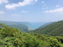 次いで油井岳(ゆいだけ)展望台から東に赤木名(あかきな)集落を見下ろす。