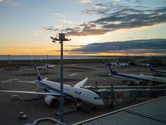 6:00 夜明けの美しい羽田空港に到着。  コロナのため半年以上前から楽しみにしてた夏休み2週間の海外旅行がキャンセルとなり、秋のGOTOトラベル活用旅行を企画しました。 久しぶりに飛行機に乗れることが嬉しい♪