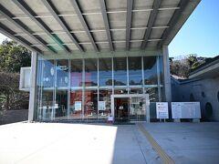 福岡市動植物園、正面入り口です。非常に近代的な建物です。
