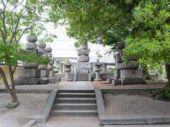 東長寺には福岡藩黒田家の藩主の墓が三基あります。 2代藩主黒田忠之が荒廃していた東長寺に寄進を行い復興させました。 3代目と8代目の墓もありますが、それ以外の藩主の墓は臨済宗の菩提寺崇福寺にあります。 東長寺は真言宗なので、3人だけ信仰する宗派が違ったんでしょうか。