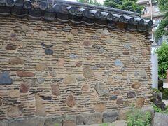 焼石や焼け瓦を使った博多塀。  豊臣秀吉が博多の町を復興するときに造られた博多塀を櫛田神社に移設した歴史的なもの。