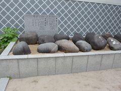 各地の神社で時々見かける力石。櫛田神社にも奉納されていました。  江戸時代から明治時代までは力試し・力自慢競争として盛んにおこなわれていたようですね。
