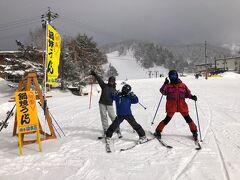 横手山スキー場は一本目のリフトのゲレンデが超緩斜面のためスキー初心者の家族でも安心。見守りながら一通り滑って安心できたところで、一人で山頂パトロールに行ってきます!