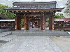 福岡市内に到着すると大雨になっていましたが、天神バスターミナルのすぐ近くにある警固神社にお参りしました。 街中にありますが、雨のせいか、とても静かでかえってよかったです。