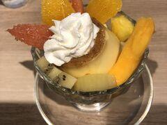 イムズにあるフルーツカフェ・TOKIOで一休みしました。生フルーツを飾ったプリン、マンゴーもはいっていました(^^♪。
