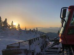 ほどなくして頂上に到着。夕日はまだ落ちてない。
