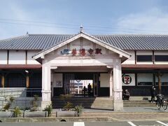 善通寺駅舎。小さいが風格がある。
