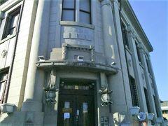温泉プラザ山鹿へ引き返します。共通券で山鹿灯篭民芸館を見学します。大正14年(1915)に安田銀行として建てられた堂々とした洋館です。その後肥後銀行山鹿支店として1973年まで使用されていました(国登録有形文化財指定)。