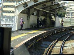 国道駅。変わった駅名です。この駅もドーム状の屋根にホームが覆われています。