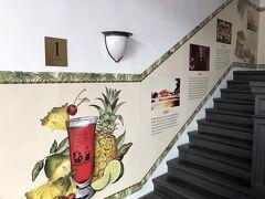 イラストの印象的なこの階段を昇っていくと、
