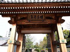 大博通りから1本中に入った御供所通り、立派な門がありました。同じ博多とは思えない静かな通りです。お寺がたくさんあります、いわゆる寺町ですね。
