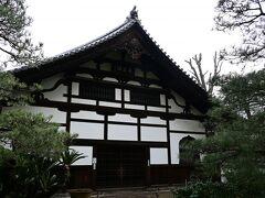 僧栄西が開いた日本初の禅寺、聖福寺。由緒あるお寺が次々現れます。