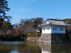 小田原城・櫓と遠くにお城