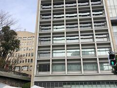 で、ランチをいただくべく慶應義塾大学三田キャンパスへ。左下のゲートで行き先を告げ、検温して記名して中へ。