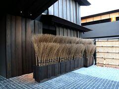 ただいま~☆ 楽しかったわ、奈良公園ちょこっと散歩。 お掃除用の箒がまるでインテリアの如くディスプレイされていて、凄い存在感。