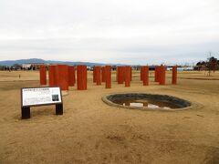 このような柱が立っていたと考えられる大型建物跡が発掘されています。